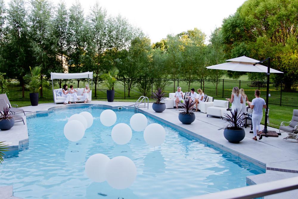 All White Pool Party Ideas  Decorablog Revista de decoración