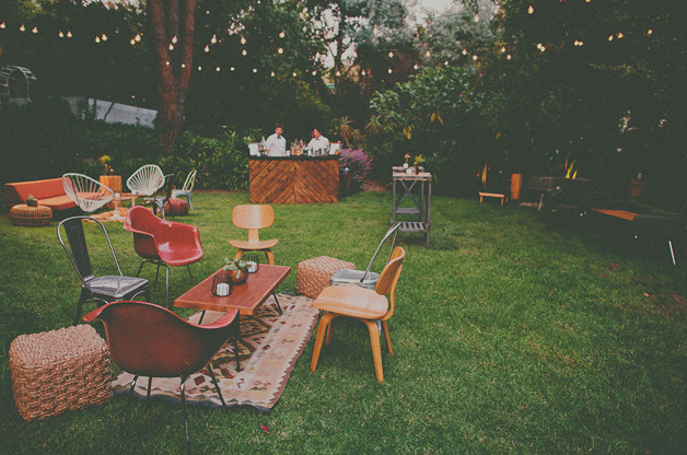 Backyard Party Seating Ideas  Bar dans le jardin Eclectic outdoor seating arrangements