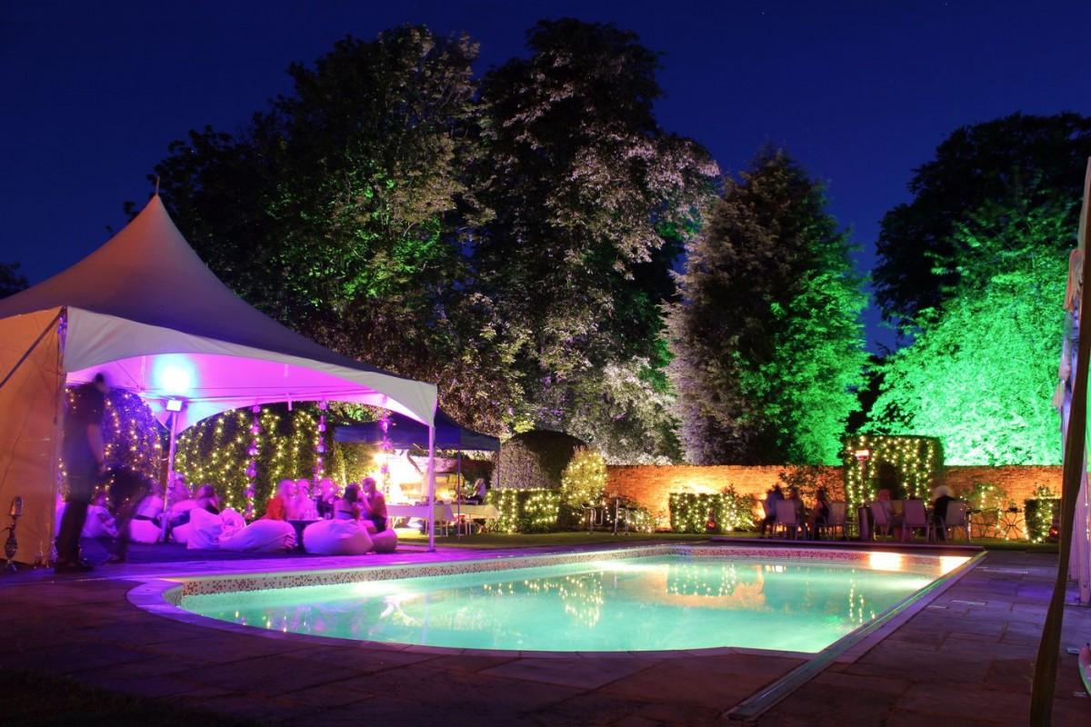 Elegant Pool Party Ideas  3 Konsep Prom Night Inspiratif zetizen