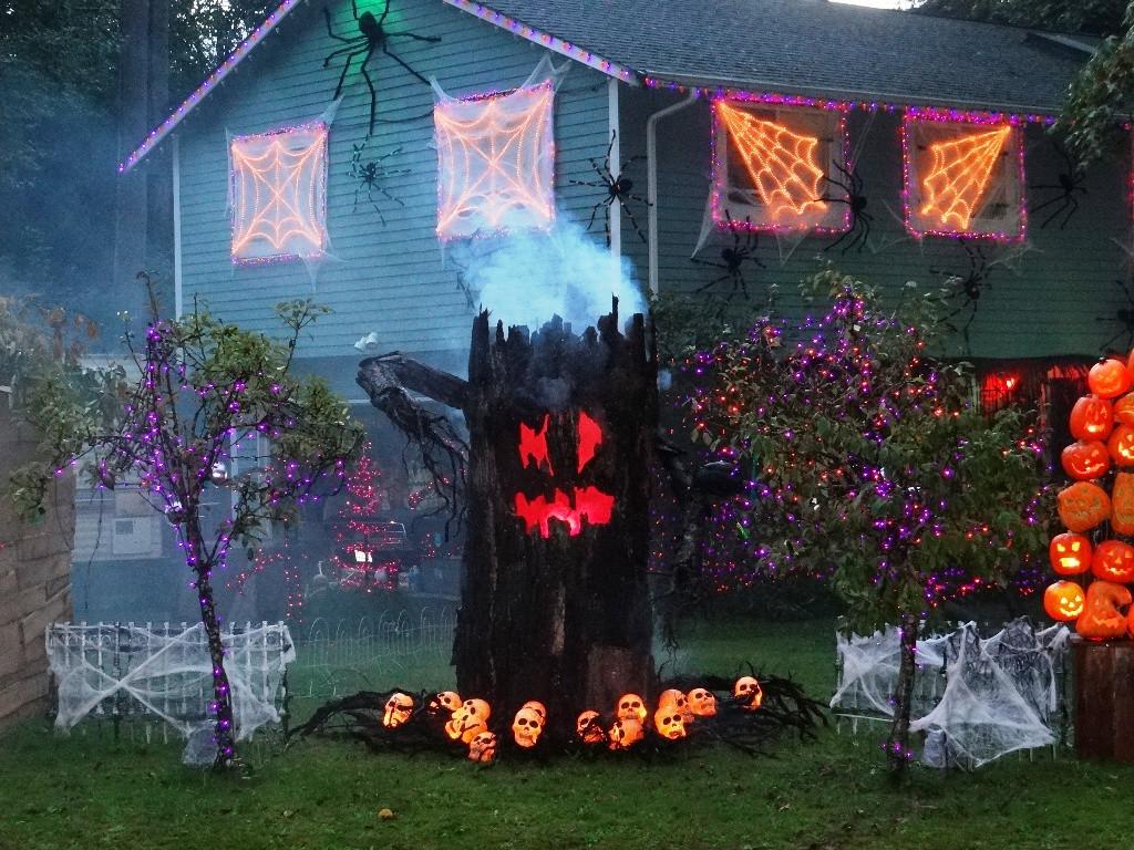 Creepy Outdoor Halloween Decorations  24 Indoor & Outdoor Tree Halloween Decorations Ideas