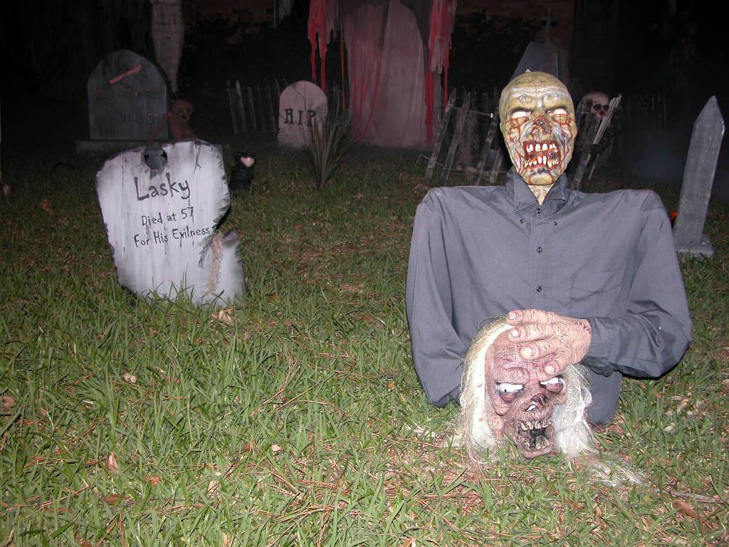 Creepy Outdoor Halloween Decorations  33 Best Scary Halloween Decorations Ideas &