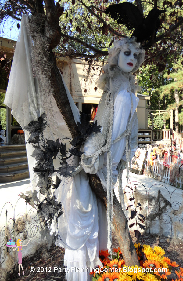 Creepy Outdoor Halloween Decorations  Party Planning Center 10 Creepy Outdoor Halloween