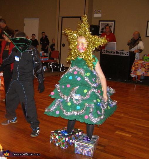 DIY Christmas Tree Costumes  Christmas Tree Homemade Halloween Costume 4 4
