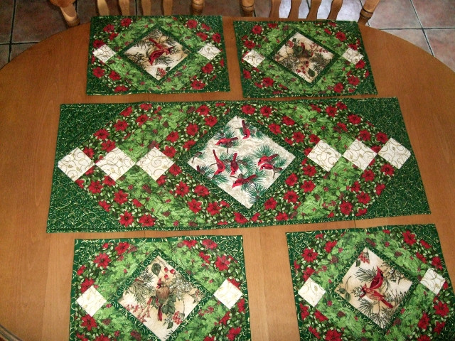 Free Christmas Table Runner Patterns  Christmas Table Runner and Mats pattern