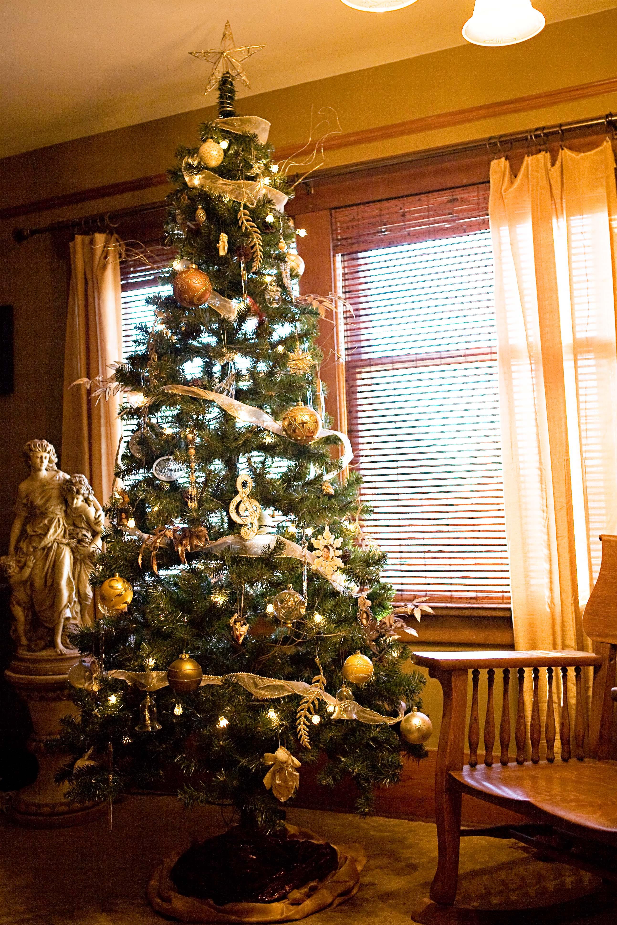 Bedroom Christmas Tree  Wel e to the Riggio s Parade of Trees Connie Riggio