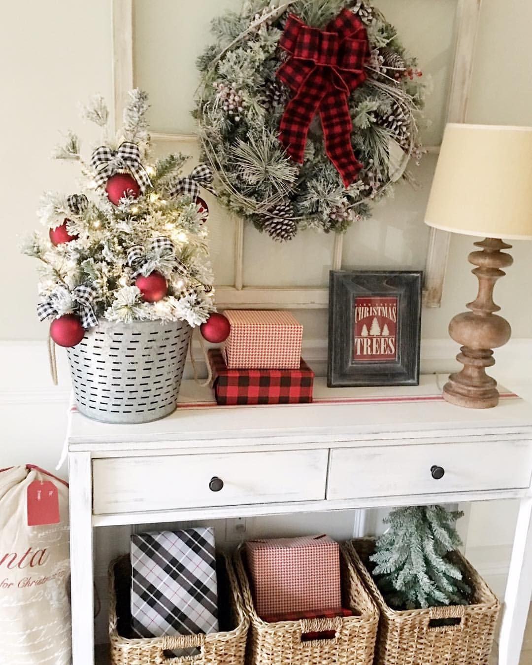 Holiday Home Design Ideas: Best 30 Christmas Entryway Decorating Ideas