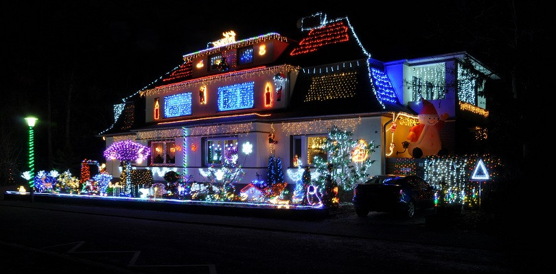 Christmas Rooftop Decorations  4 Safety Tips for Christmas Decorations on Your Roof