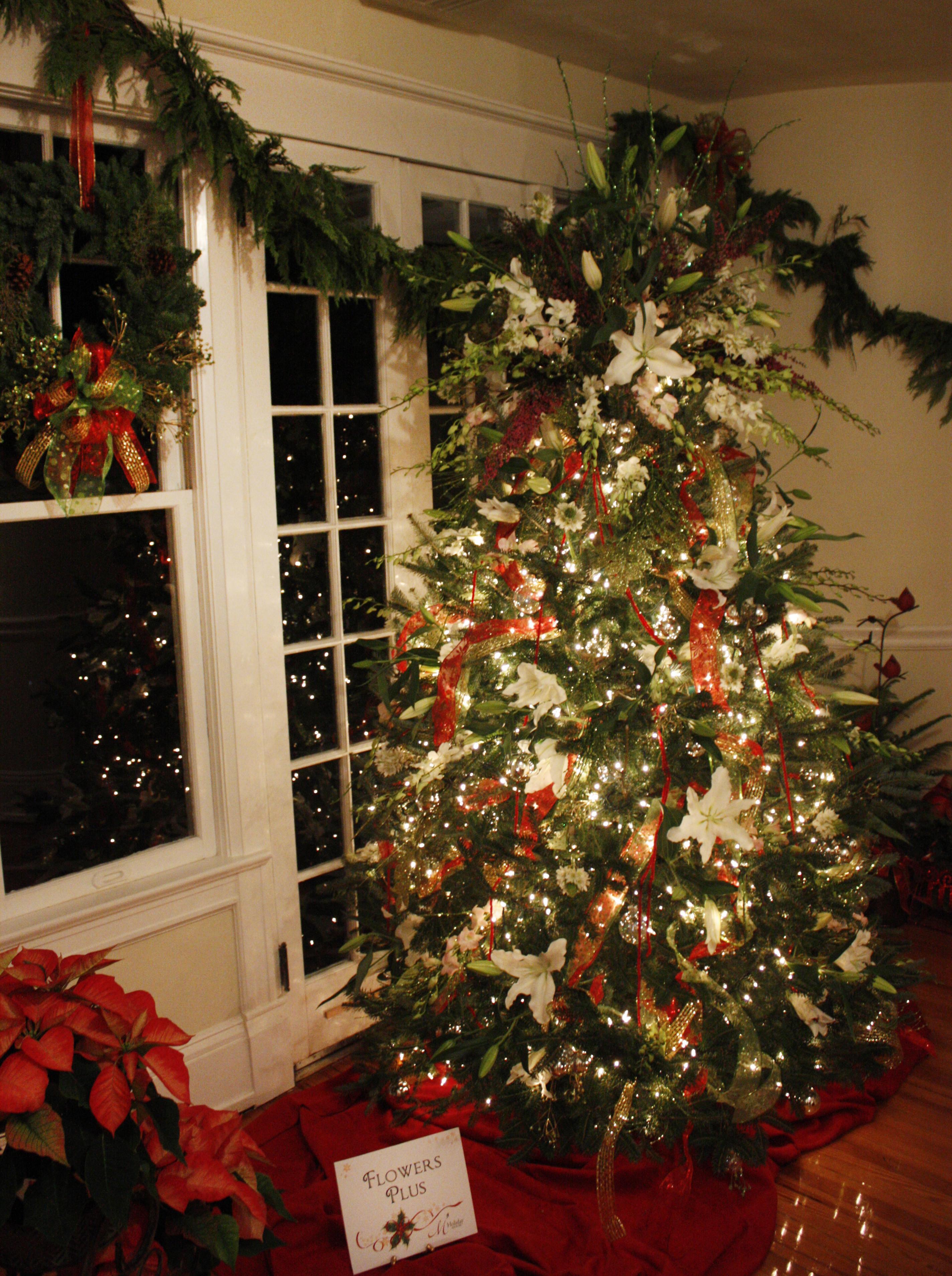Christmas Tree Flower Arrangement  Charlotte Florist Dazzles Christmas Parties With Fresh Flowers
