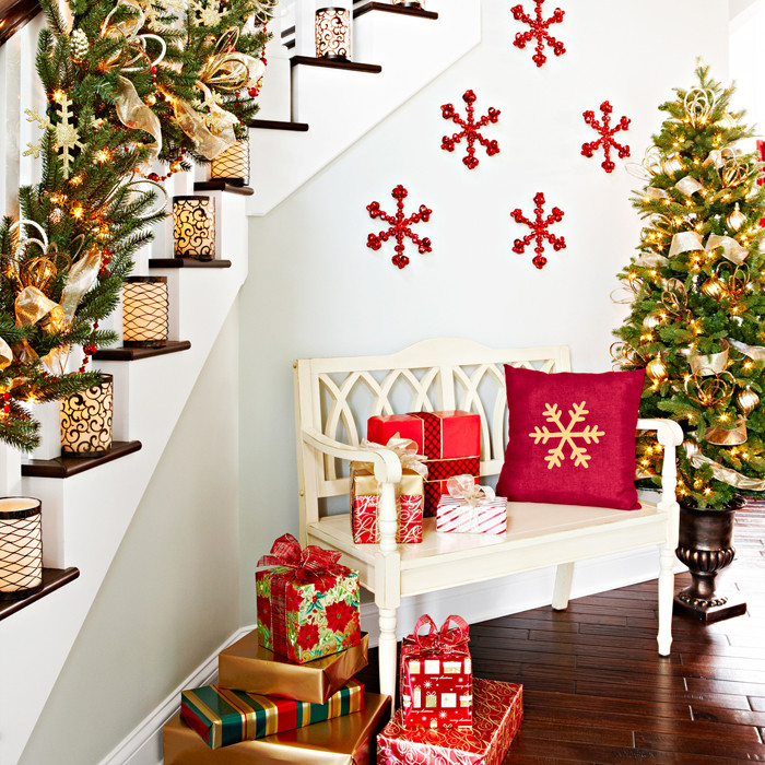 Staircase Christmas Decorations  23 Gorgeous Christmas Staircase Decorating Ideas
